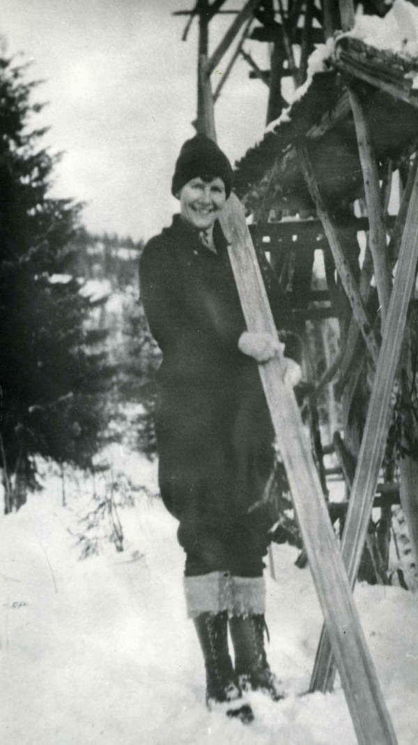 photograph of Isabel Coursier holding jumping skis