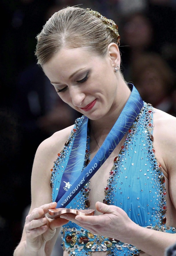 Photo de Joannie Rochette regardant sa médaille de bronze