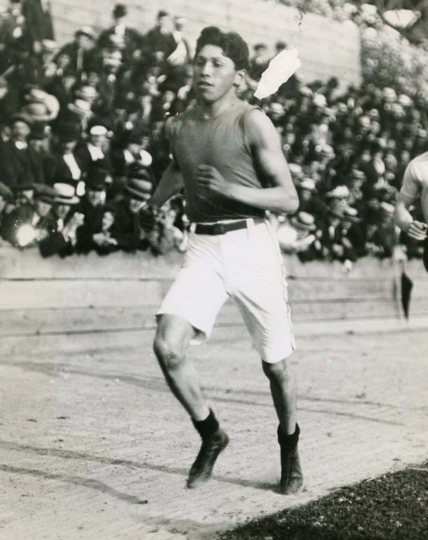 photographie Tom Longboat pendant une course