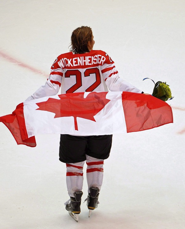 Photo de Hayley Wickenheiser avec le drapeau canadien