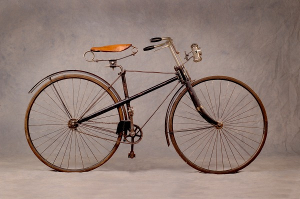 Hartford cross-frame bicycle with leather seat and front headlamp
