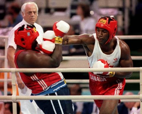 Photo de Lennox Lewis en train de boxer