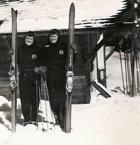 photograph of Rhona and Rhoda Wurtele holding skis